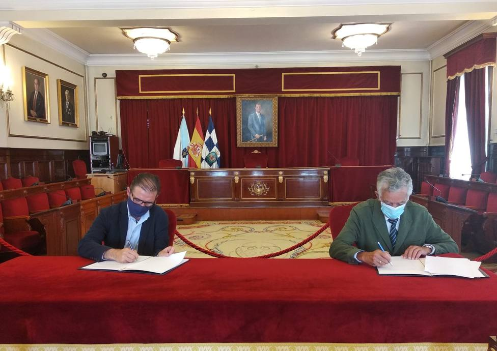 Firma entre Ángel Mato y Alberto Lens. FOTO: Concello de Ferrol