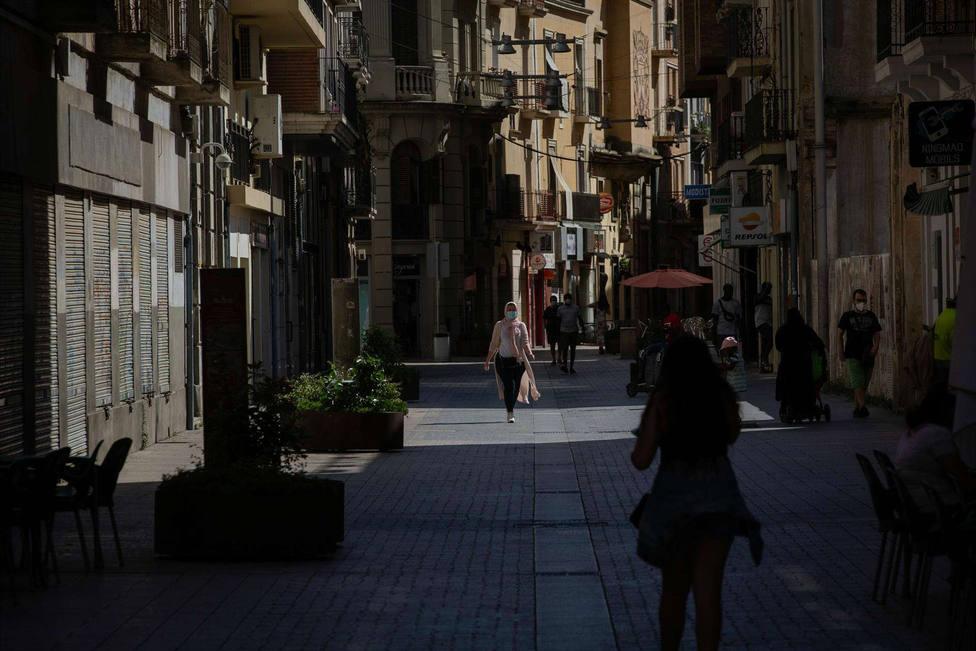 Varias personas caminan por una calle del centro de Lleida, capital de la comarca del Segrià, en Lleida.