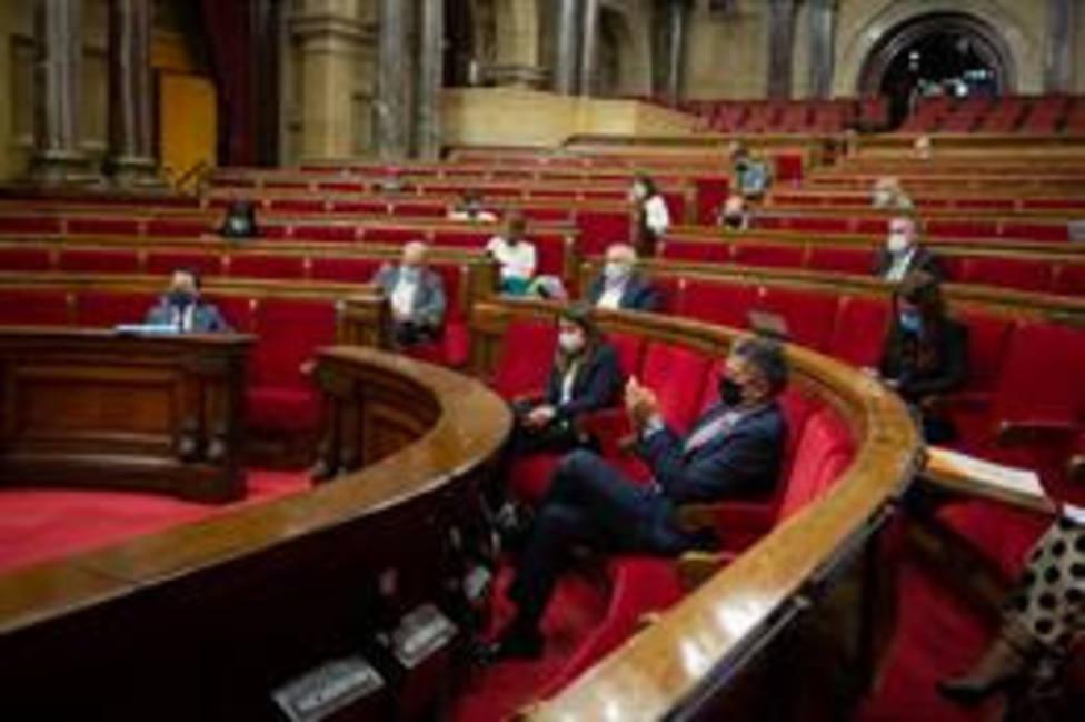 Vista general de un pleno celebrado en el Parlament de Cataluña para tratar la crisis sanitaria del coronaviru