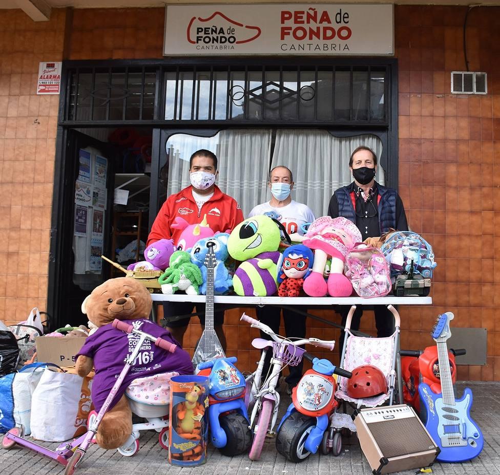La Peña Fondo Cantabria posa con los juguetes donados