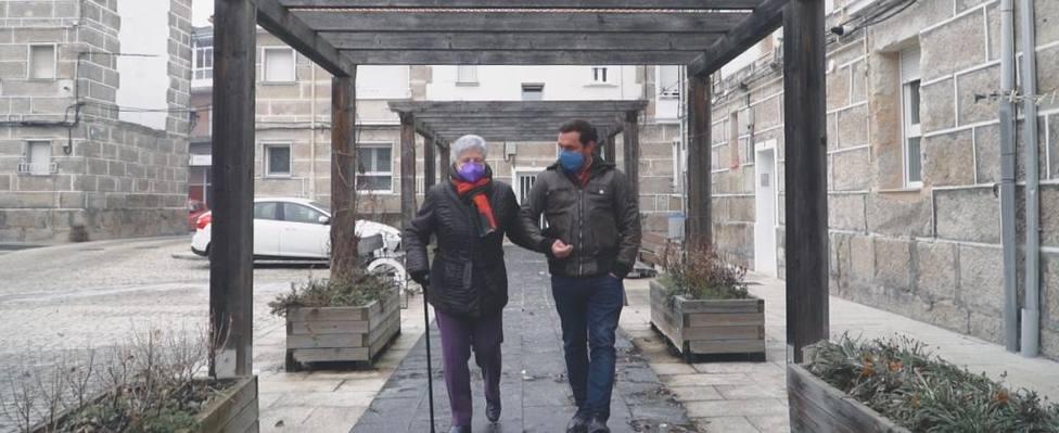 Rubén Riós y Lola Martínez paseando por las calles de Xinzo de Limia