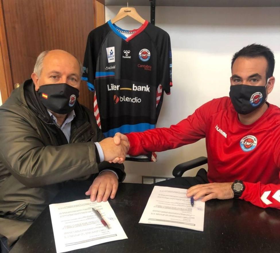 Víctor Montesinos y el presidente Servando Revuelta se dan la mano tras firmar la renovación. Foto: CDE Sinfín