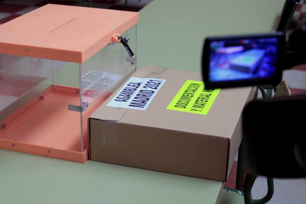 Preparativos para los comicios madrileños en un colegio electoral