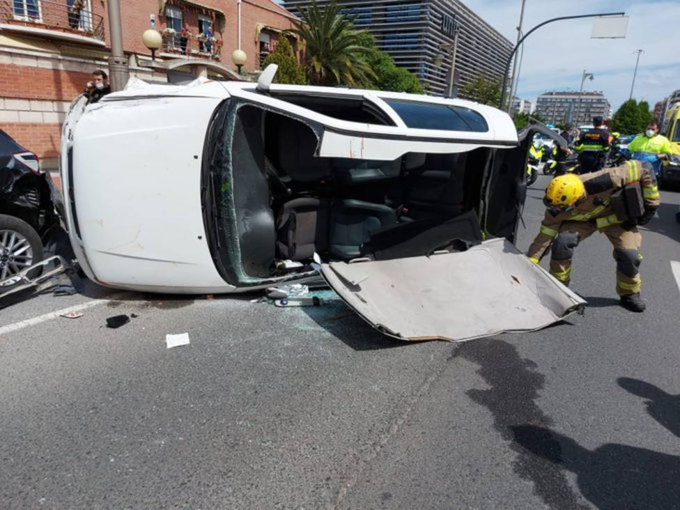Bomberos y Policía Local intervienen en un accidente con tres heridos en Logroño