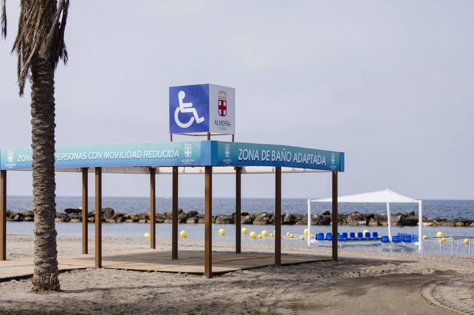 Adjudicados los servicios para la instalación de zonas de sombra y baño adaptado en las playas de Almería