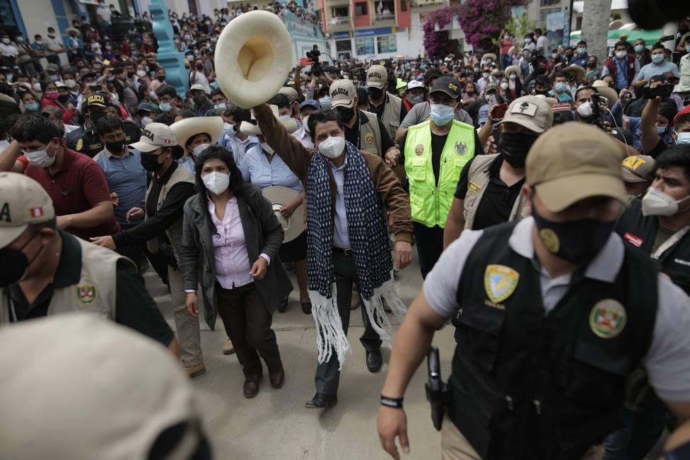 Castillo adelanta a Fujimori en el recuento de votos por la Presidencia de Perú