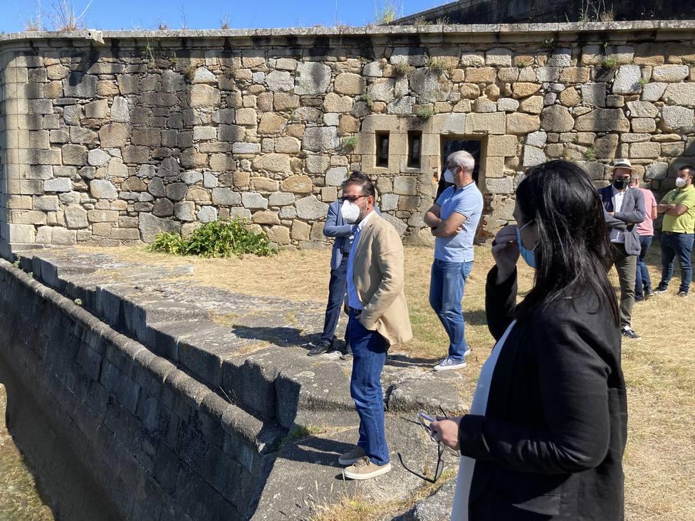 Ángel Mato y Eva Martínez durante la visita al castillo de San Felipe - FOTO: Concello de Ferrol