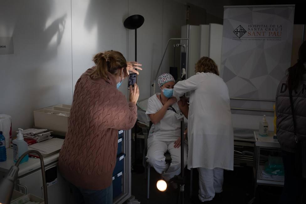 Enfermera vacuna en el Hospital de la Santa Creu i Sant Pau de Barcelona