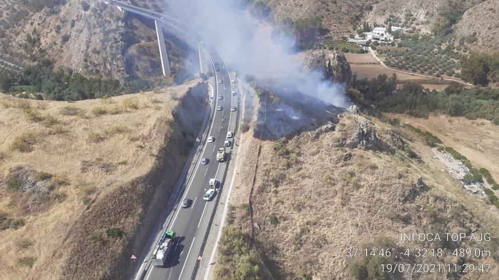Un camión cae por un viaducto de 200 metros de altura en Benamejí y provoca un incendio
