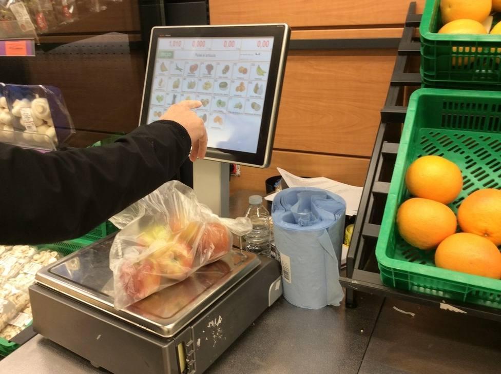 Pesando la fruta en un supermercado. Europa Press