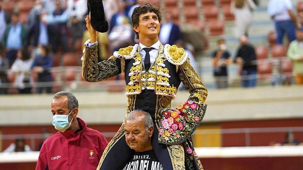Andrés Roca Rey en su salida a hombros este martes en Logroño