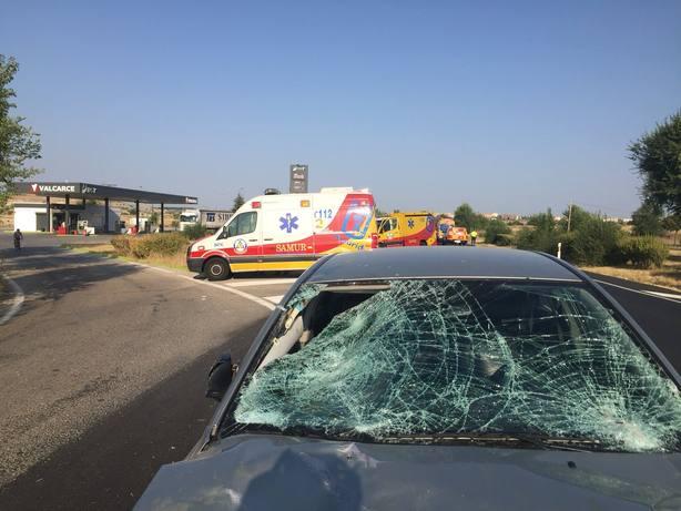 Un conductor atropella a dos trabajadores de una gasolinera
