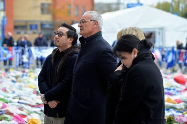 Claudio Ranieri rinde homenaje al fallecido dueño del Leicester en el King Power Stadium