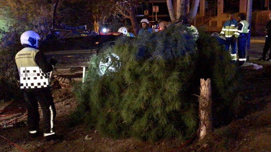 Un muerto y un herido grave al chocar un coche contra un árbol en Madrid