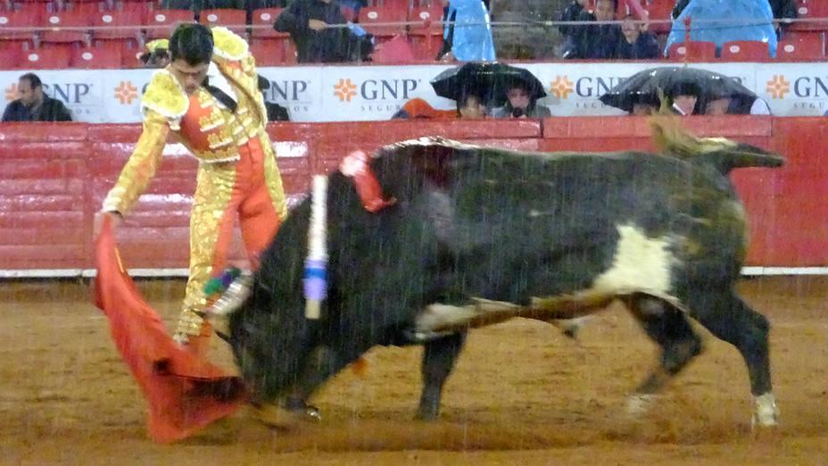 Gerardo Adame durante su faena al sexto toro de San Mateo bajo la lluvia