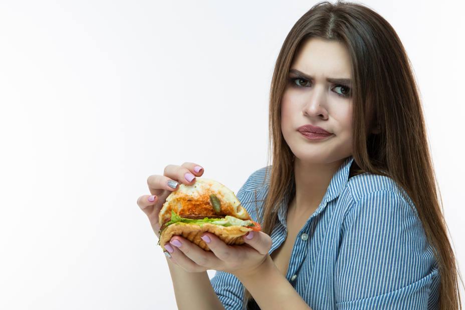 ¡Cuidado con los alimentos que comes! ¿Cuánta grasa, azúcar o sal tienen? ¿Están alterados?