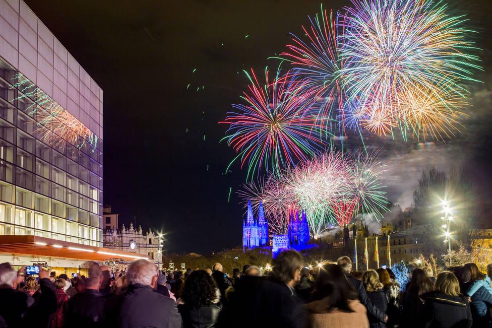 Fuegos artificiales en el inicio de la conmemoración del VIII Centenario de la Catedral de Burgos.