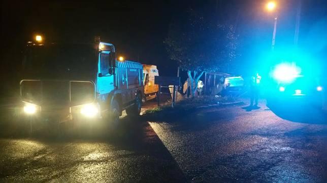 Lugar del accidente de con los efectivos de emergencias desplegados - FOTO: GES Mugardos