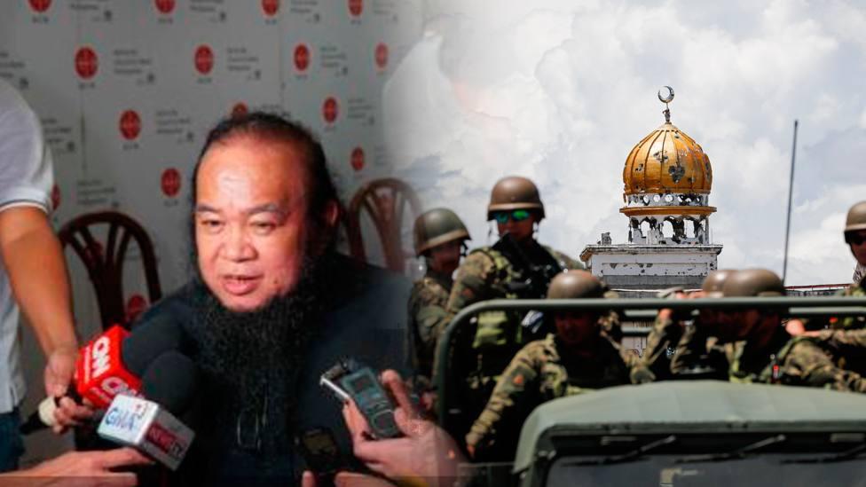 El P. Teresito y una imagen de la ciudad de Marawi, donde estuvo secuestrado, bajo asedio