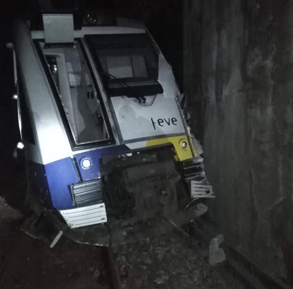 El tren ha sufrido diversos daños en la parte delantera y ha descarrilado - FOTO: Tráfico Ferrolterra