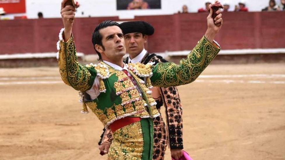 Emilio de Justo mostrando las dos orejas cortadas este lunes en la plaza ecuatoriana de Ambato