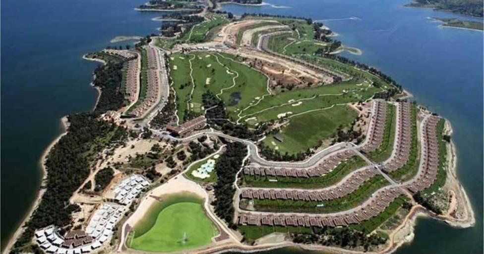 Complejo Marina Isla de Valdecañas, situado entre los términos municipales de El Gordo y Berrocalejo