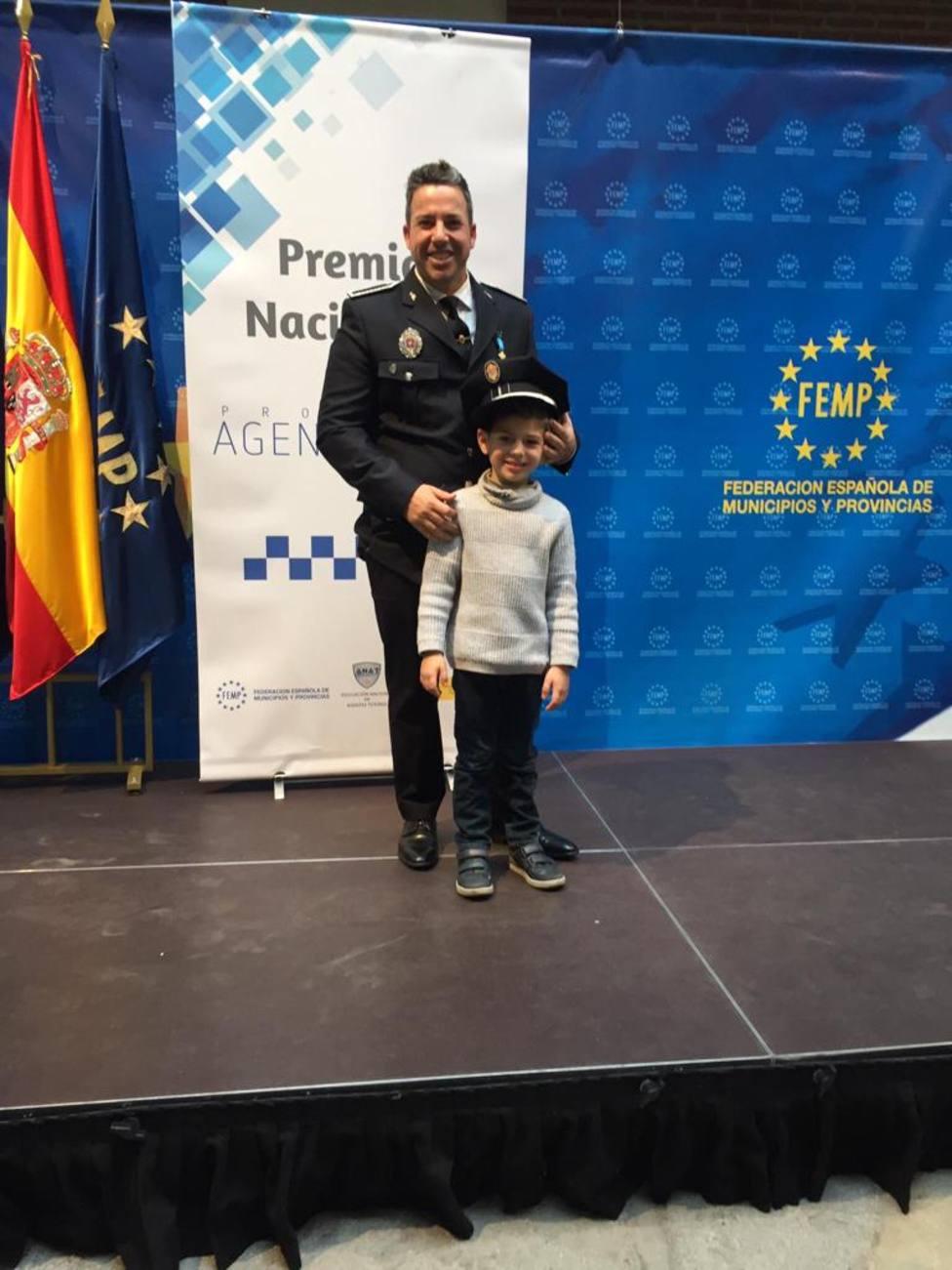 Víctor acompañado de su hijo en un acto de FEMP