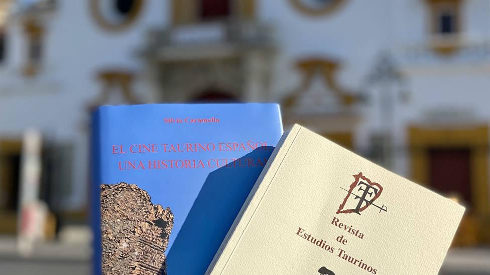 Las dos publicaciones con la Real Maestranza de Sevilla al fondo