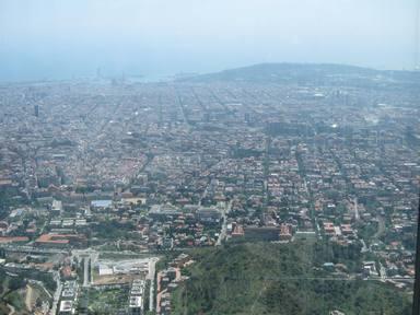 Vue de la ville de Barcelone depuis la chaîne de montagnes Collserola, un jour de forte pollution