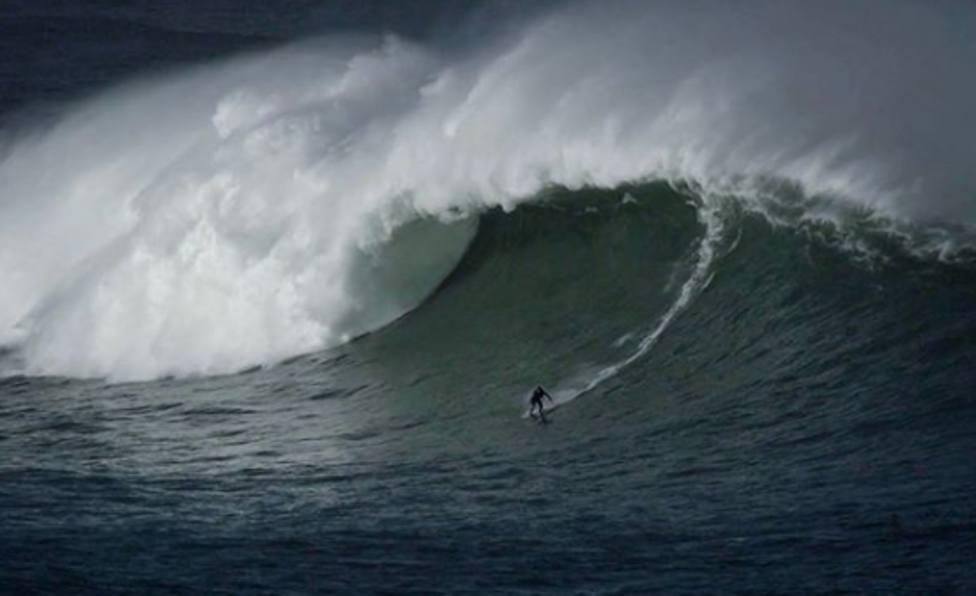 El surfista Natxo González desafió al huracán Epsilon con olas de más de 10 metros