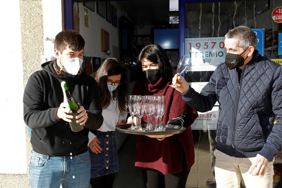 As Pontes también celebró los 200.000 euros que viajaron a la localidad - FOTO: EFE / Kiko Delgado