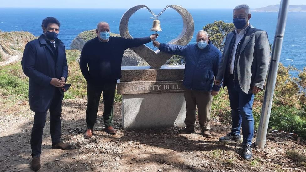 Representantes autonómicos y municipales visitan la nueva campana instalada en O Fuciño do Porco