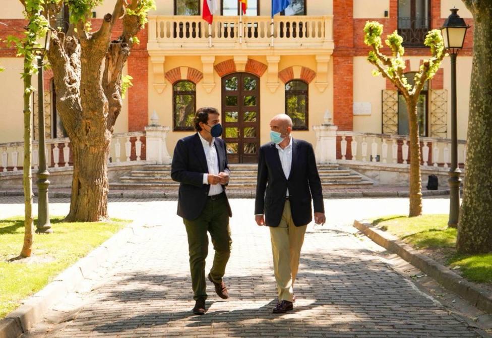 Alfonso Fernández Mañueco (izqda.) pasea junto a Jesús Julio Carnero