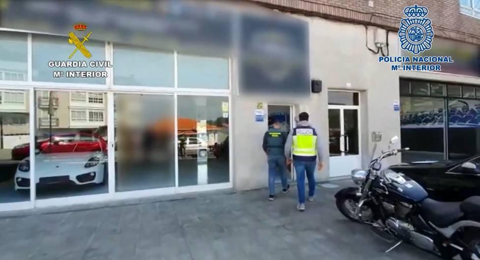 La entrada de los agentes a la compra-venta de Cabanas - FOTO: Guardia Civil