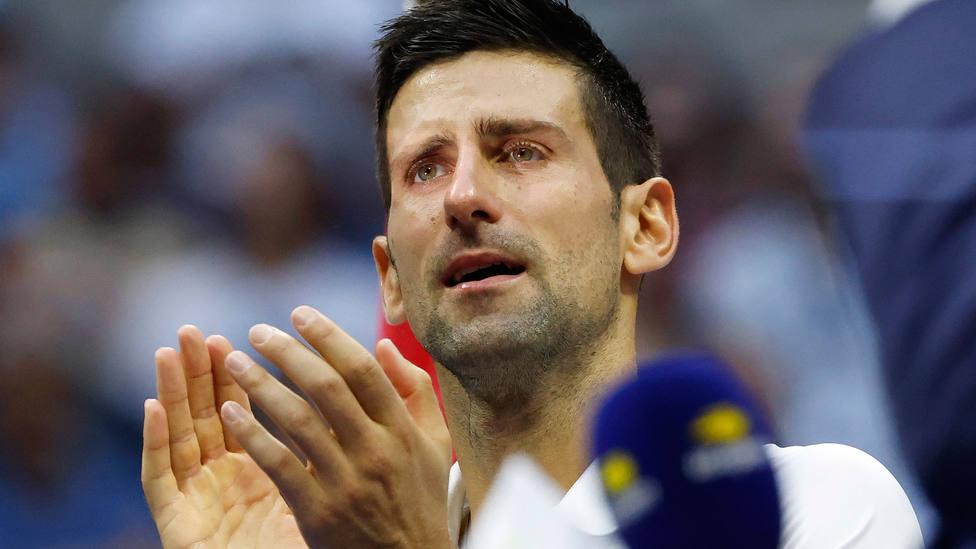 Novak Djokovic, entre lágrimas, aplaude la victoria de Medvedev en la final del US Open. EFE