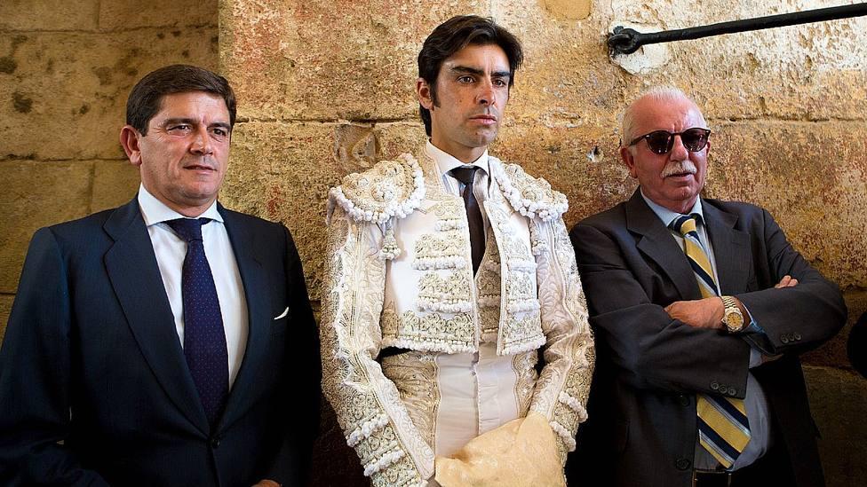 Miguel Ángel Perera flanqueado por sus hasta ahora apoderados, Santi Ellauri y Pedro Rodríguez Tamayo