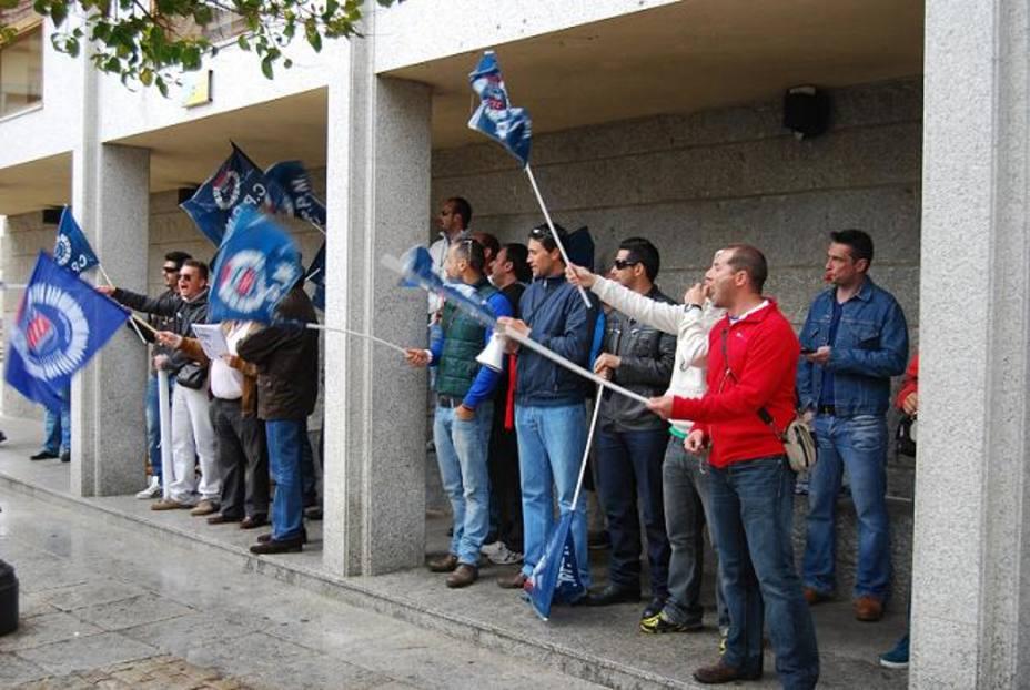 Concentración de trabajadores municipales frente al Consistorio ayer tarde