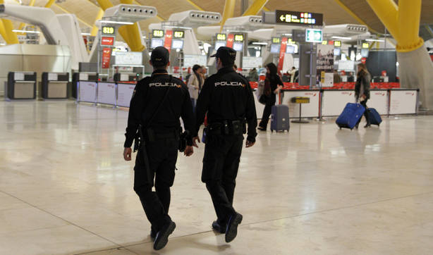 Agentes de la Policía Nacional en Barajas. EFE