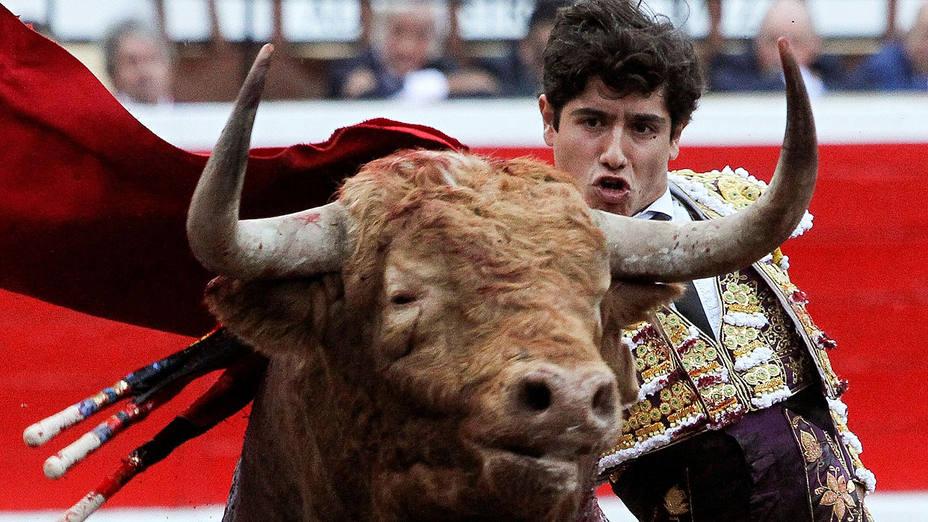 Pase de pecho de Luis David durante su actuación este lunes en Bilbao