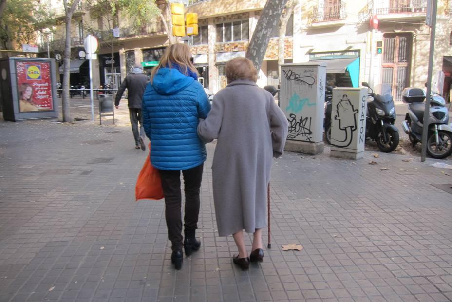 Al menos 1 de cada 10 españoles presta cuidados una vez a la semana a personas mayores o con dolencias crónicas