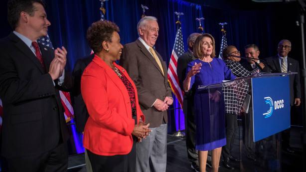 Representantes demócratas junto a Pelosi