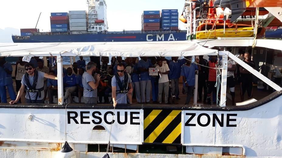 Organizaciones humanitarias exigen a Europa una solución inmediata al pesquero con 12 migrantes a bordo