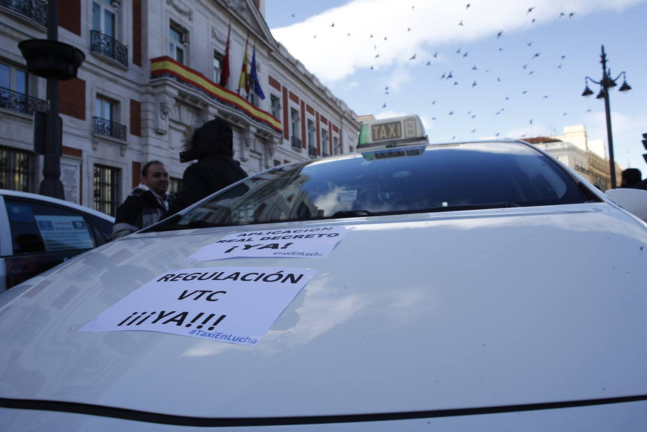 Un conductor de VTC amenaza en Atocha a un taxista con darle una puñalada y con cortarle el cuello