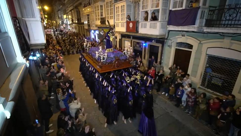 Porteadores de la Cofradía de Dolores a su paso por la calle Magdalena