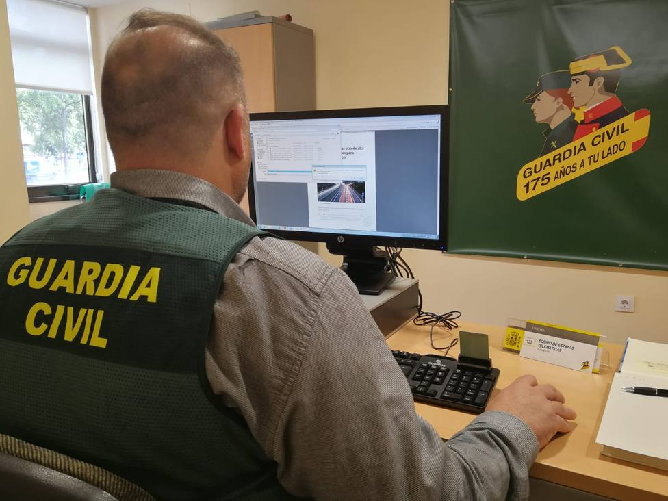 Foto de archivo de un agente de la Guardia Civil en busca de delitos telemáticos - FOTO: Guardia Civil