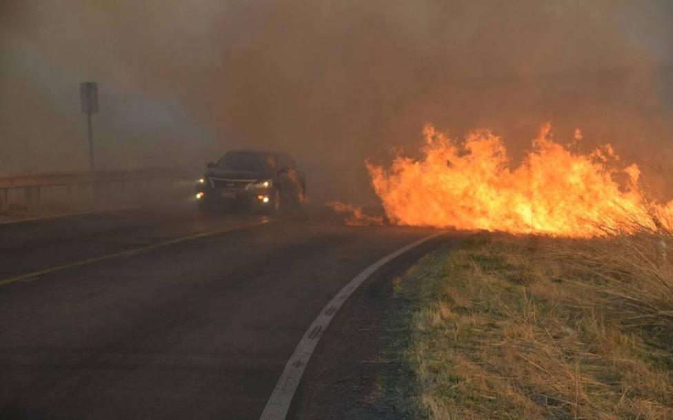 Tres carreteras han tenido que ser cortadas como consecuencia de las llamas
