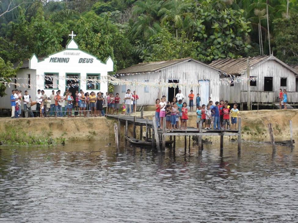 El misionero que va casa por casa repartiendo rosarios en la Amazonía