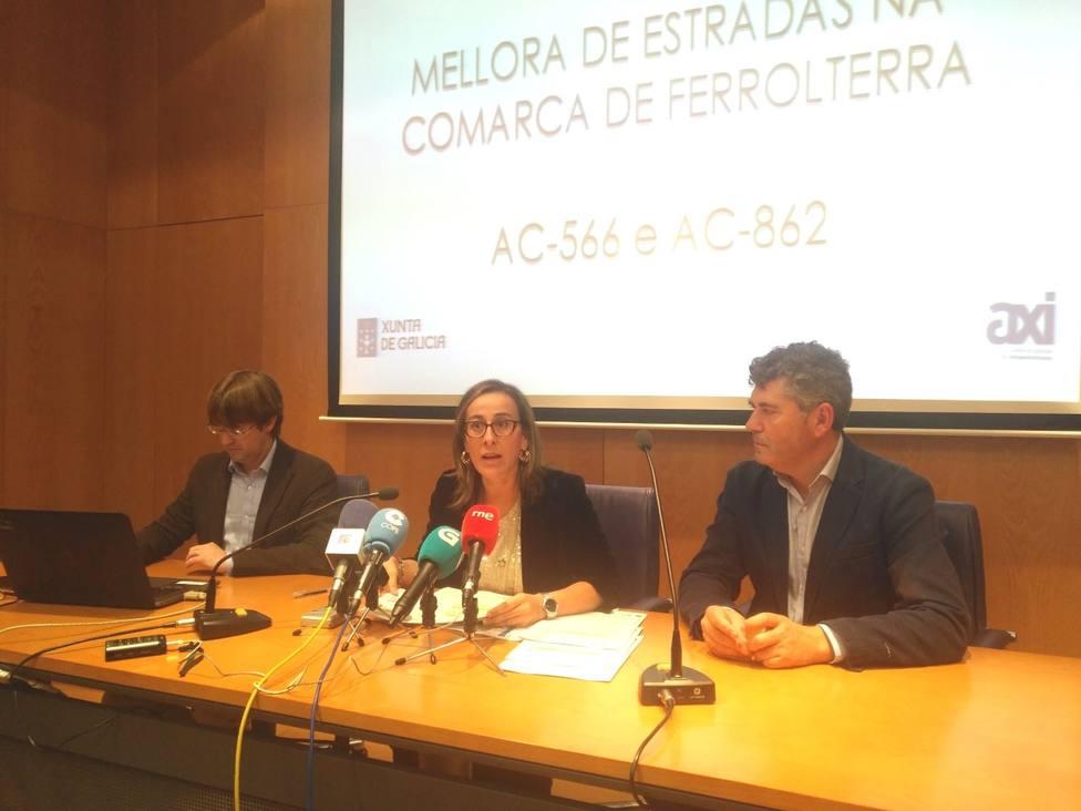 Ethel Vázquez, en el centro, presenta la mejoras de estas carreteras de Ferrolterra