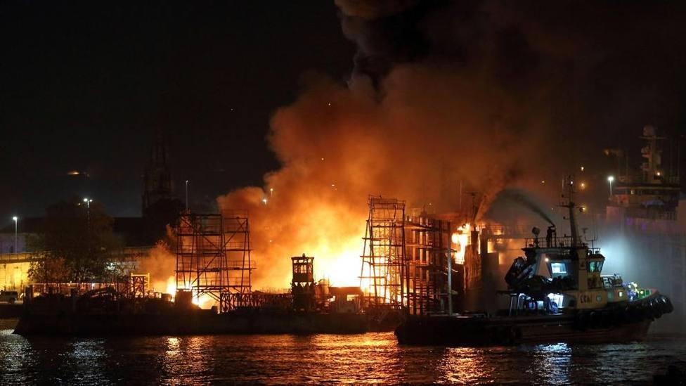 Las llamas se elevan sobre el astillero de Placeres en Marín