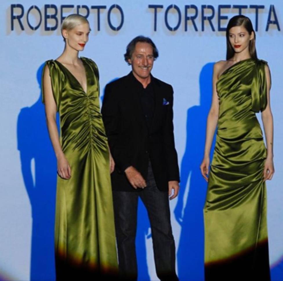 Roberto Torretta entre dos modelos